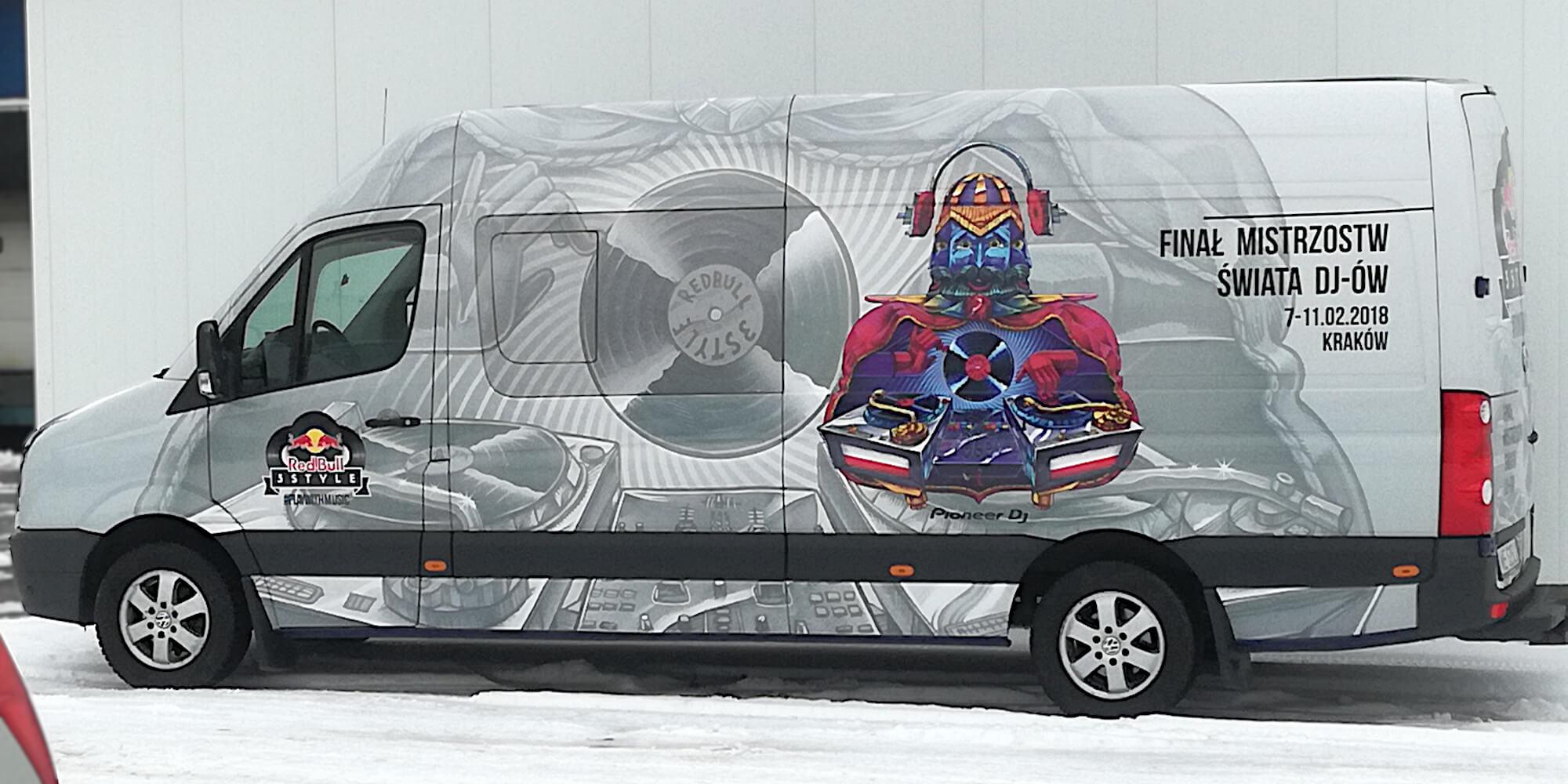 oklejanie samochodów dostawczych redbull